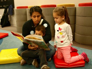 A family reads together at a Día program